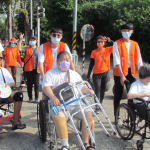 2歲到97歲齊步走 ,還有志工推著輪椅助失能長者走出戶外,弘道爺奶健走千人達陣蓮池潭