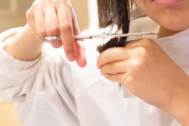 【視訊也能剪頭髮】新北市銀色知悠生蒙特梭利中心提供線上視訊,為社區長輩服務